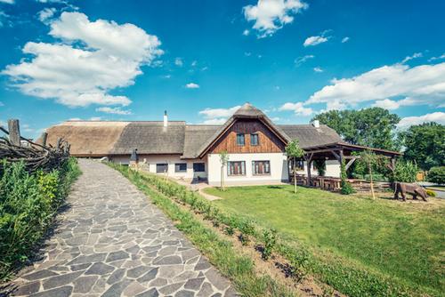Jedinečné ubytování s folklórem za humny v hotelu Skanzen