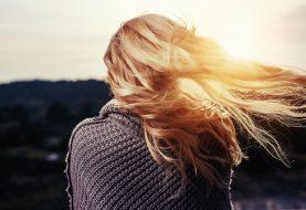 Vysoké teploty a sluníčko dokáží udělat na hlavě paseku. Chraňte své vlasy!