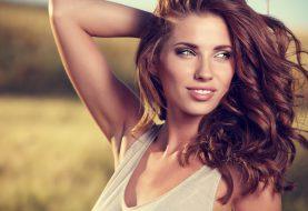 Letní radovánky ohrožují kvalitu vlasů. Jak je chránit?