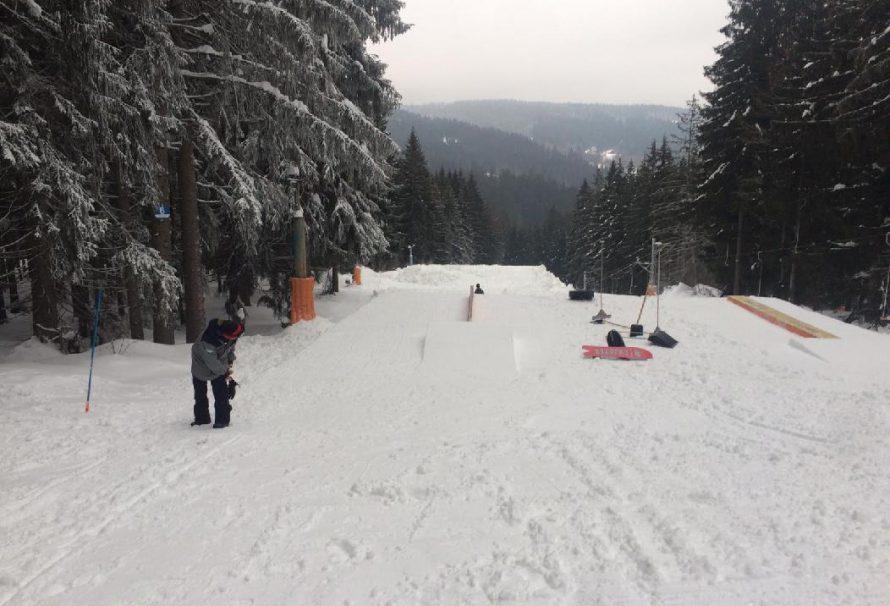 Na Špičáku jsou skvělé podmínky, lyžuje se na metru prašanu. Všechny sjezdovky v provozu a od pátku navíc otevřen snowpark