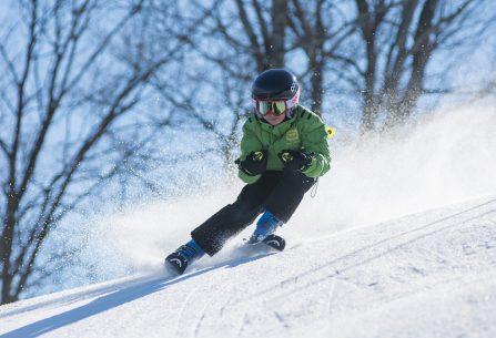 Na šumavském Špičáku se lyžuje za jarního počasí na mokrém sněhu, kterého je stále 80 cm