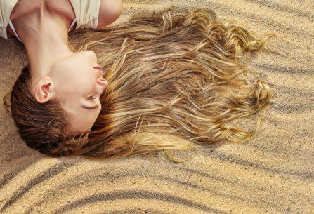 Silné a zdravé vlasy i na konci léta. Napravte škody způsobené sluníčkem
